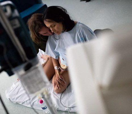 mujer embarazada con contracciones de parto