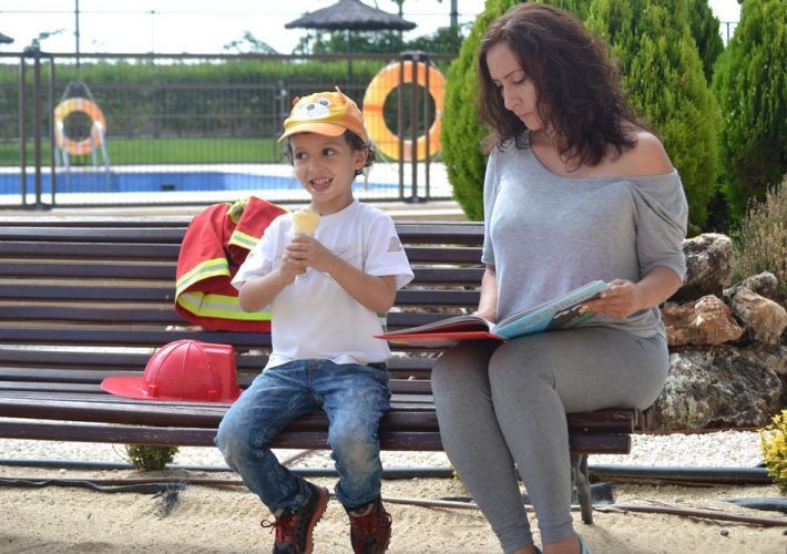 mama e hijo leyendo