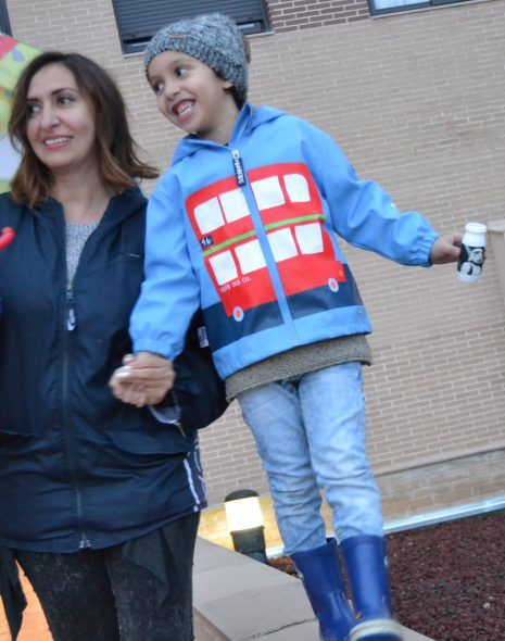 mama e hijo caminando